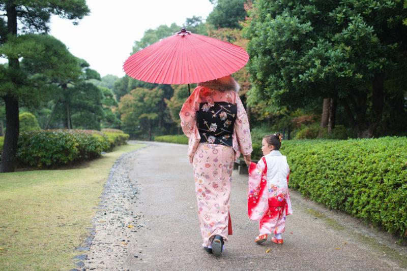 雨の日の七五三のお参り風景