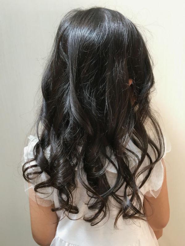 髪をヘアアイロンで巻いた女の子