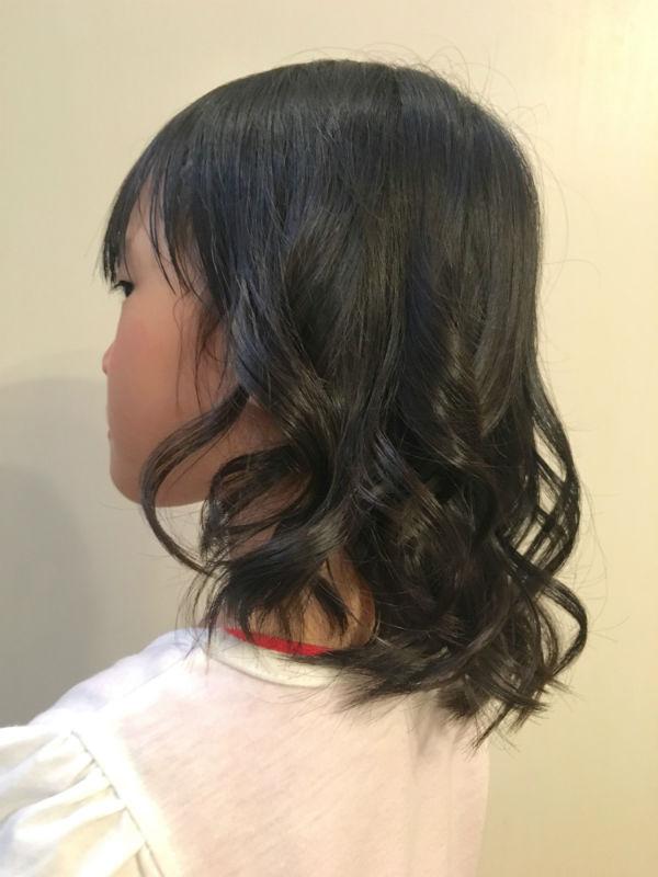 髪をランダムに巻いた女の子