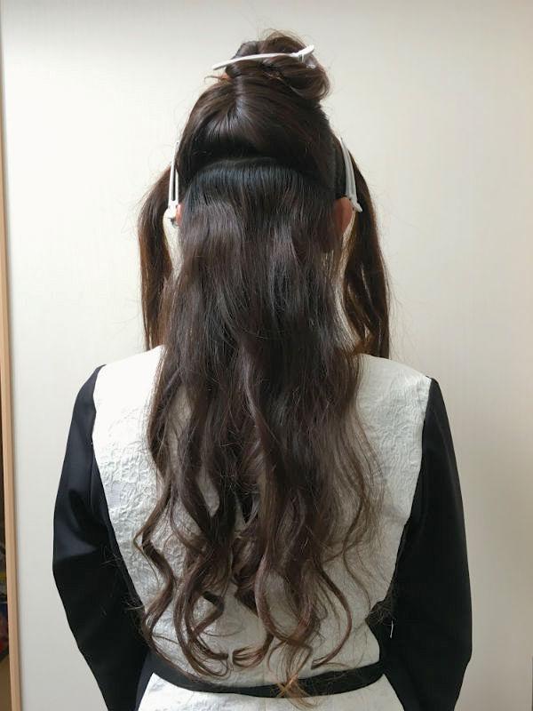 ヘアクリップで前・両サイド・後ろの髪を留めた女性