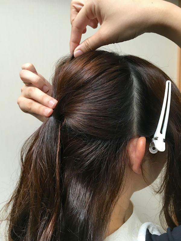 後ろの髪をヘアゴムで留めた女性