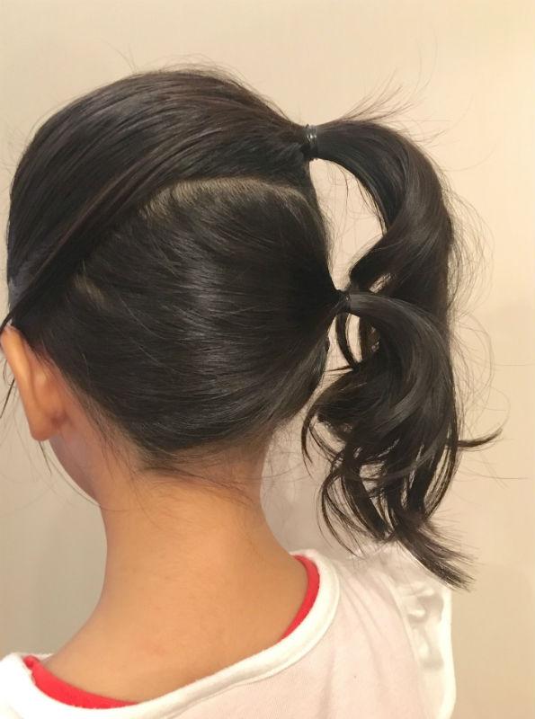 前・後ろに分けた髪をどちらも右サイドで束ねる