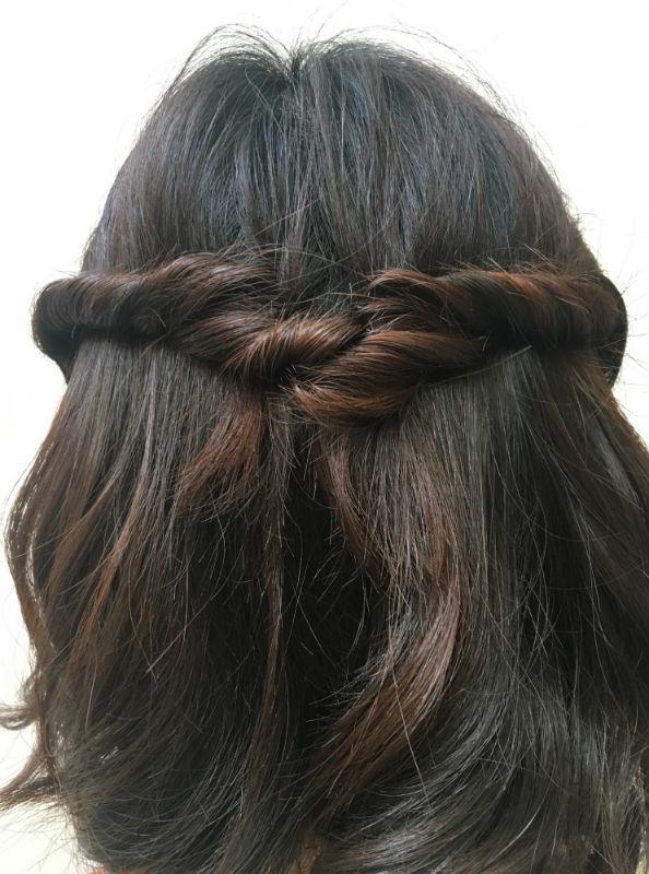 両サイドの髪を後ろにねじり、後頭部で交差させるようにピンで固定する