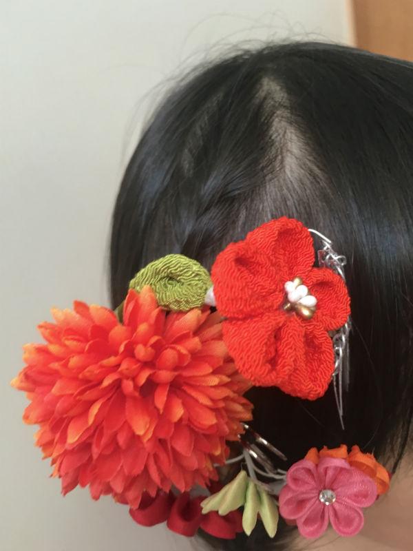 編み込みを土台にして、髪飾りを固定する