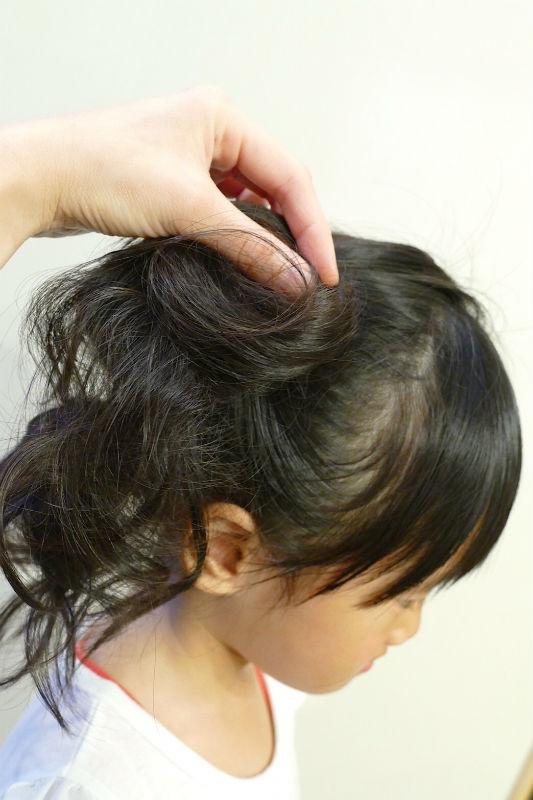 逆毛の一部を使ってヘアゴムを隠す