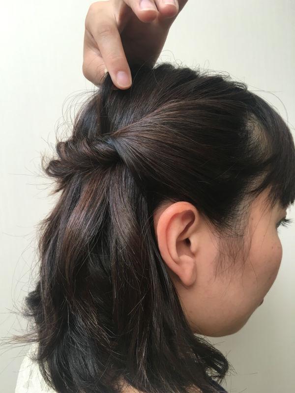 頭頂部の髪を引き出し、髪のボリューム感を出す