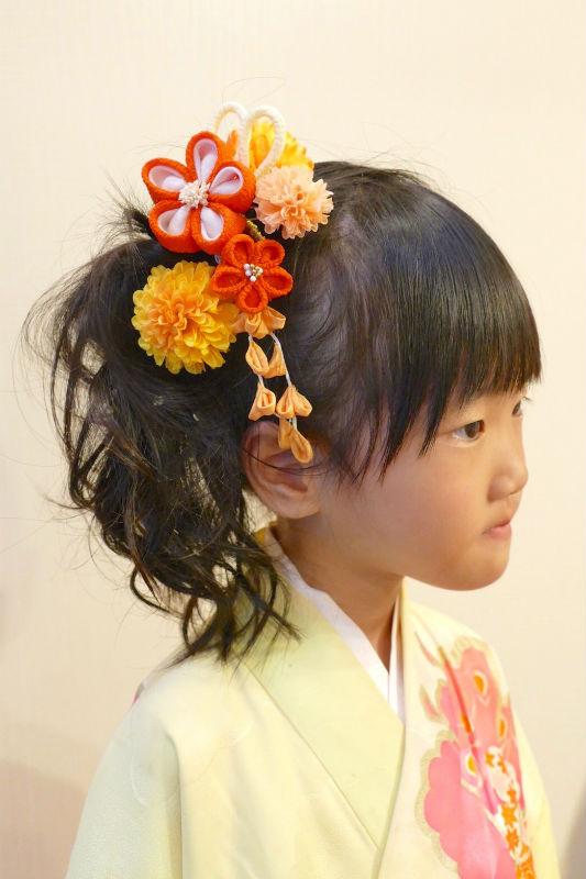 七五三の髪飾りをつけた女の子