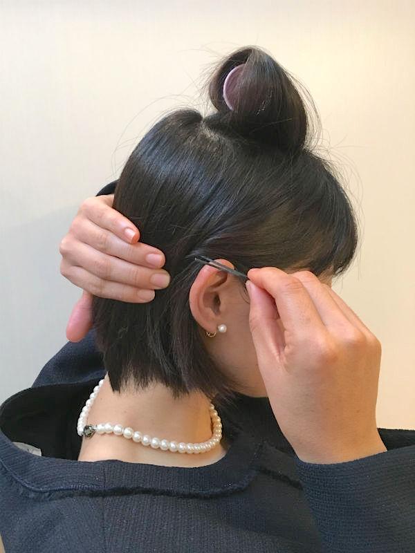 両サイドの髪を耳にかけてピンで留める