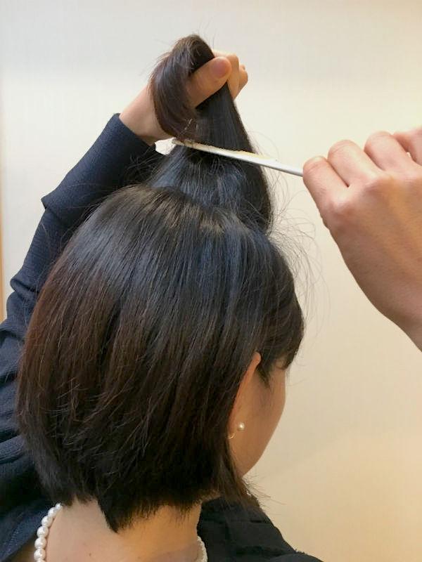 カーラーを外した髪に、クシで逆毛を立てる