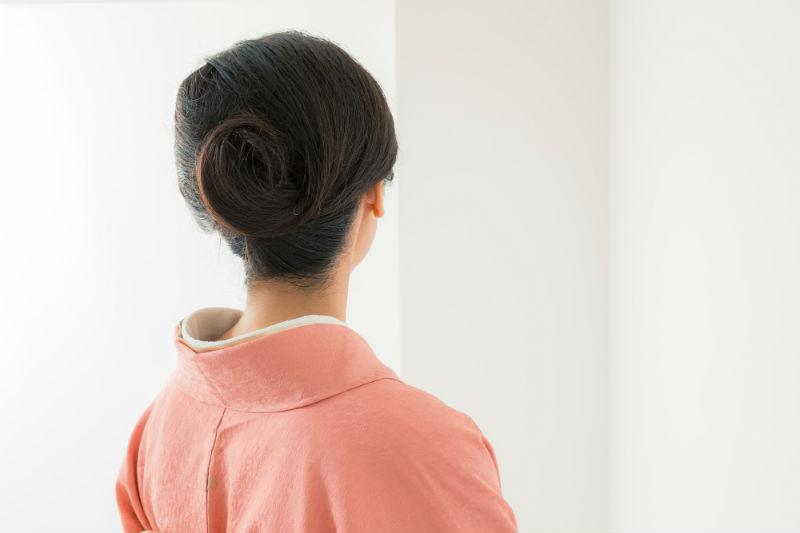 着物に合わせて髪をアレンジした女性