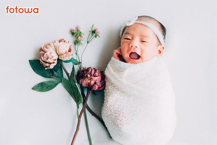 ニューボーン_白いおくるみに包まれた赤ちゃん