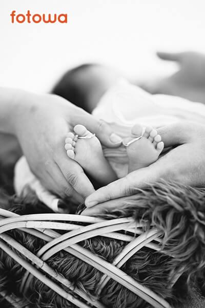 ニューボーン_モノクロの赤ちゃんの小さな足