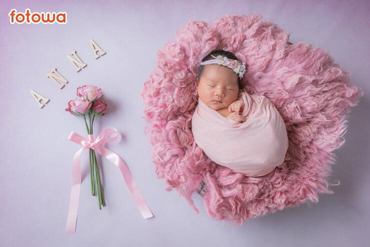 ニューボーン_かごに入っている赤ちゃん_お花と一緒に