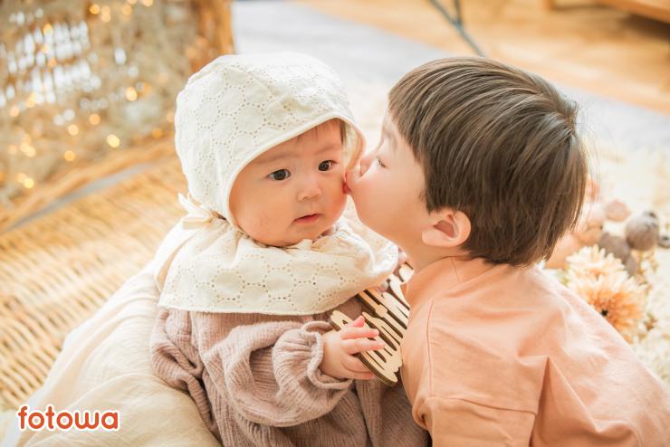 赤ちゃんと兄弟の写真
