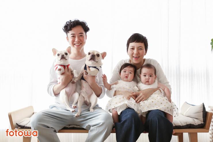 双子の赤ちゃんと2匹の犬とママとパパの家族写真