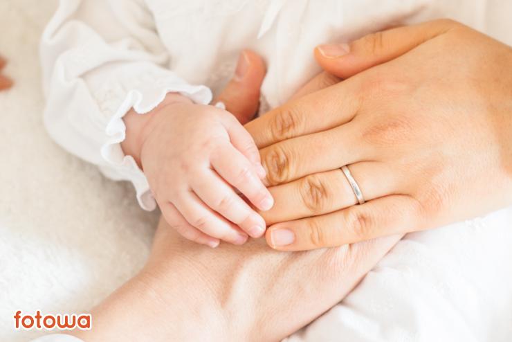 生後6ヶ月の赤ちゃんと、ママとパパの手