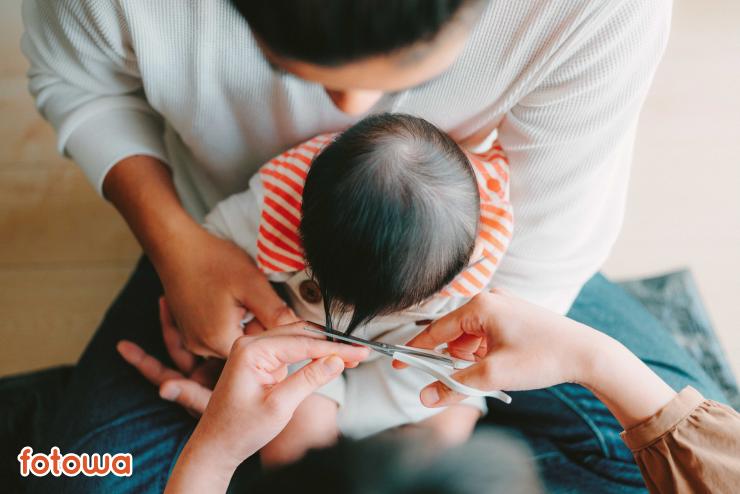 ハーフバースデーに自宅で赤ちゃんの髪を切るところを撮影