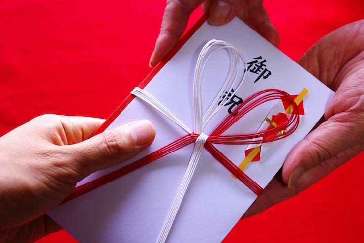 蝶結びの水引きと「御祝」の文字が入ったお祝い金のご祝儀袋(のし袋)